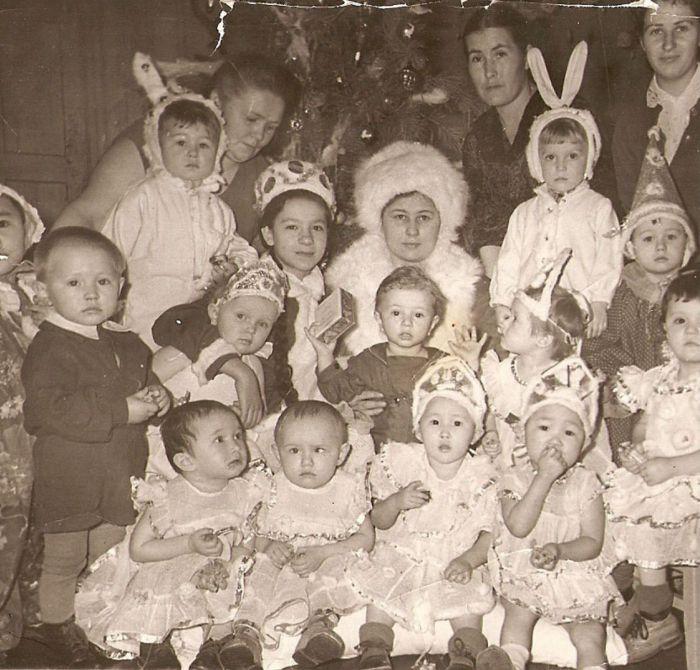 Ясельная группа в карнавальных костюмах на новогоднем утреннике. 1960 год.