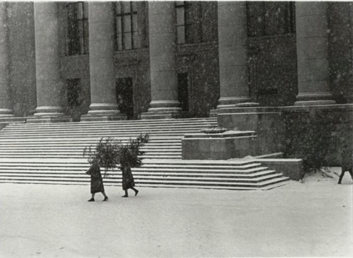 Подготовка к новогодним праздникам продолжается в снег и мороз. 1960 год.