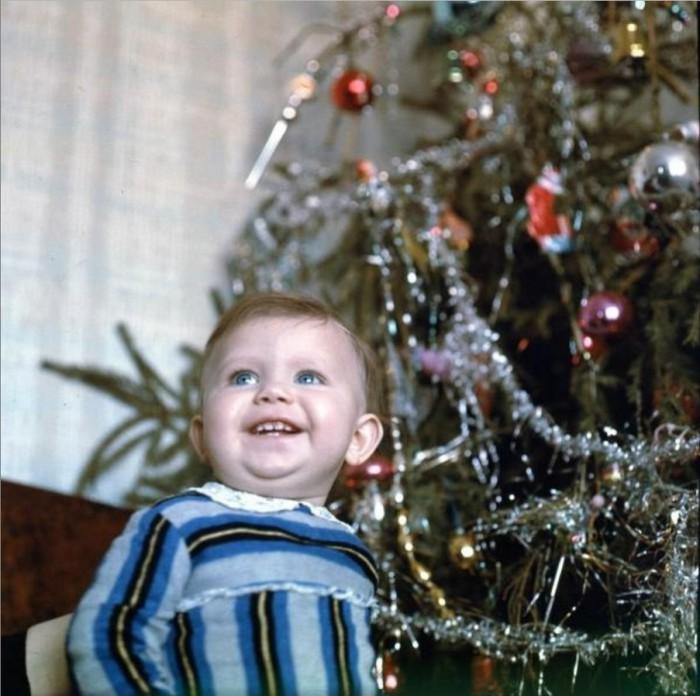Радостная малышка позирует возле лесной красавицы.  1960 год.