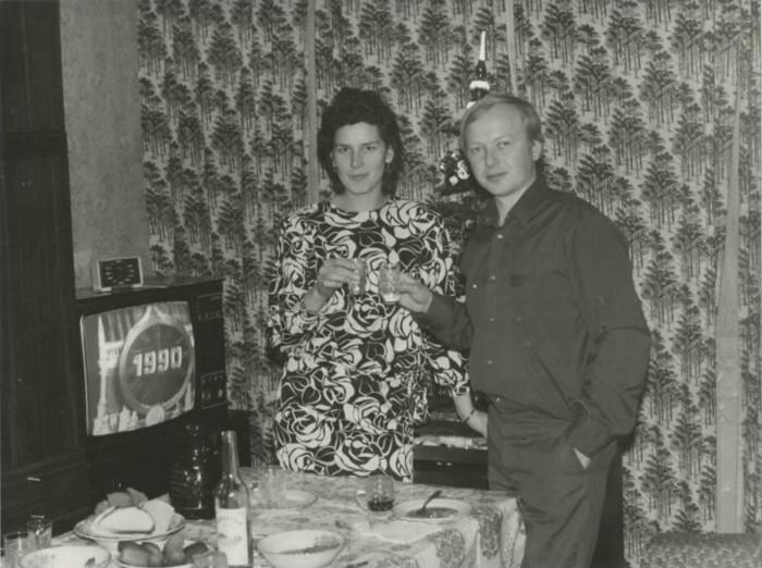 Молодая семья под бой курантов встречает 1990 год.