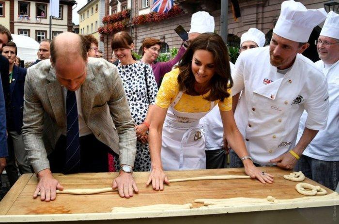 На рынке города Гейдельберг Кейт Миддлтон и принц Уильям пытаются сделать брецели — традиционные крендели, распространенные в южной Германии.