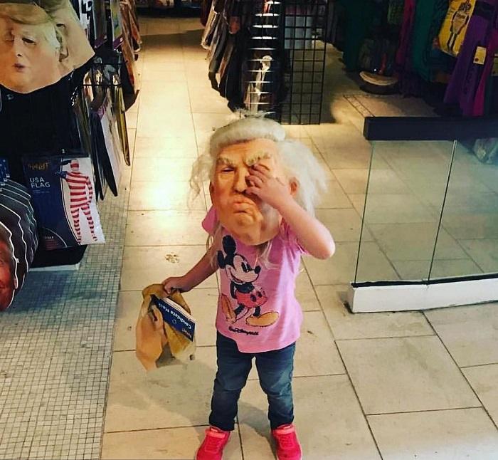 Внучка президента США при выборе костюма для Хэллоуина решила примерить маску с дедушкиным лицом.