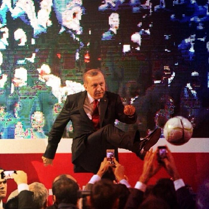 Известный политический лидер Турции весьма метко отбивает ногой футбольный мяч.