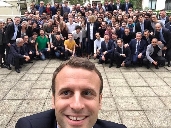 Селфи политика с командой партии «Вперед, Республика!» сделано за два дня до вступления в новую должность.