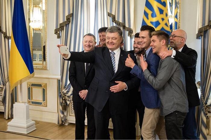 Фотография политического деятеля, который в свою очередь делает снимок с организаторами и ведущими конкурса «Евровидение-2017».