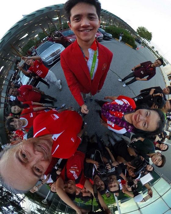360-градусная фотография премьер-министра с олимпийским чемпионом - пловцом Джозефом Скулингом.