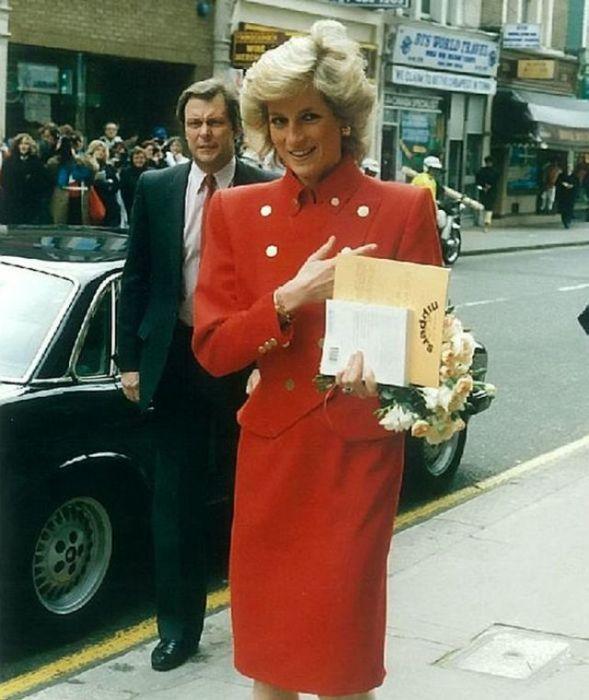 Леди Ди позирует перед британскими подданными.