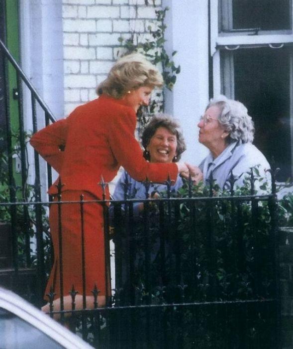 Леди Ди была известна тем, что активно занималась благотворительностью.