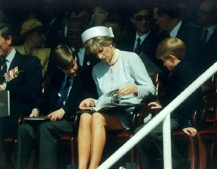 Принцесса Диана с супругом и детьми на праздновании, посвященном 50-летию окончания Второй мировой войны.