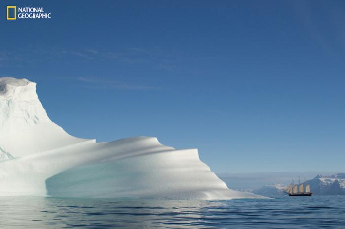 Массивный айсберг рядом с парусной лодкой. Автор фотографии: Филип Фридман (Philip Friedman).