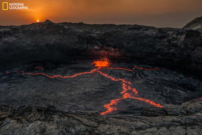 Восход солнца над танцующей лавой. Автор фотографии: Брина Бунт (Brina Bunt).