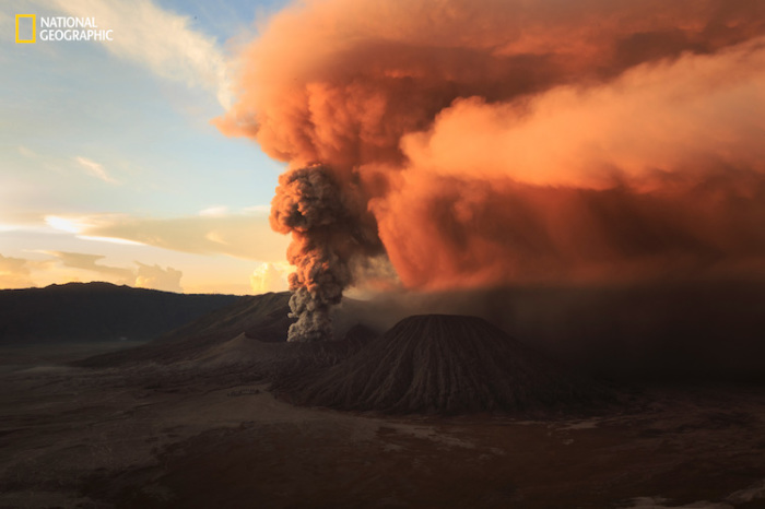 Запоминающийся восход солнца над горой Бромо, Индонезия. Автор фотографии: (Rifky Setya).