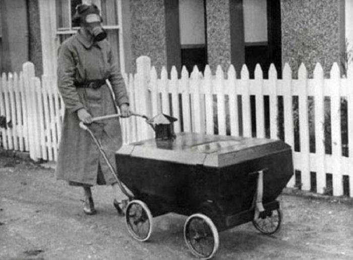 Детская коляска на случай газовой атаки, (Англия, 1938 год).