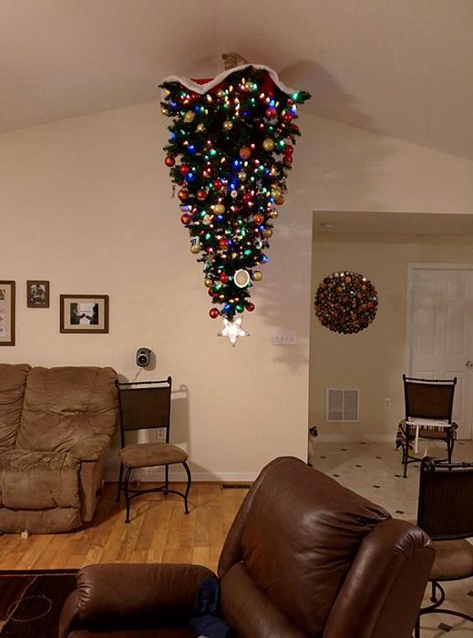 «Установка праздничной елки на потолке уже стало привычным делом для моих хозяев».