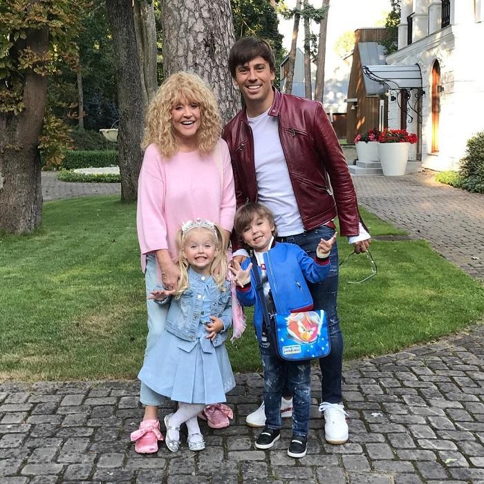 Счастливые родители со своими прекрасными малышами Лизой и Гарри. / Фото: vistanews.ru