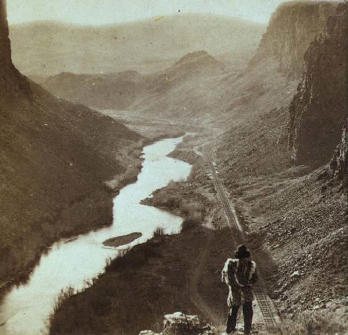 Индеец смотрит на недавно завершенную часть трансконтинентальной железной дороги.1868 год.