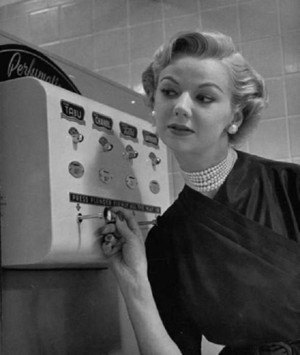 Автомат для опрыскивания духами, 1952 год.