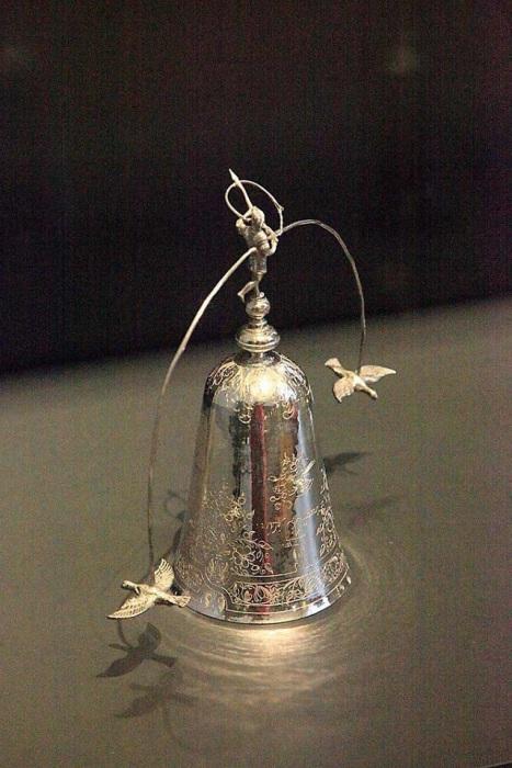 Предмет использовался для игры в «бутылочку», материал: серебро, высота: около 200 мм, Европа, XVII век.