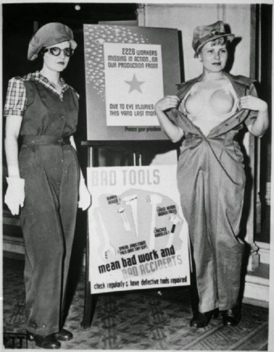 Девушка справа представляет защитный бюстгальтер из пластика для женщин, работающих на военных заводах, США, 1943 год.