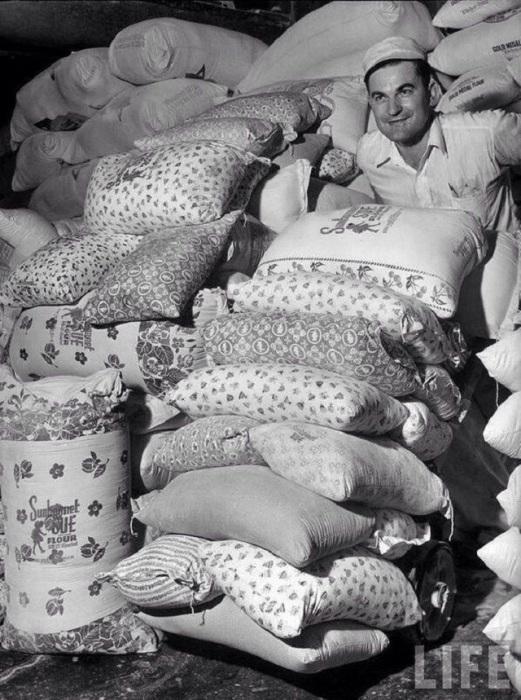 Когда во время Великой депрессии производители муки узнали, что бедствующие матери шьют своим детям одежду из мешков от муки, они запустили в производство мешки из цветных фабричных тканей, США, 1930-е годы.