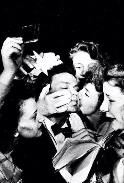 Фрэнк Синатра в окружении безумных фанаток, 1940-е годы.