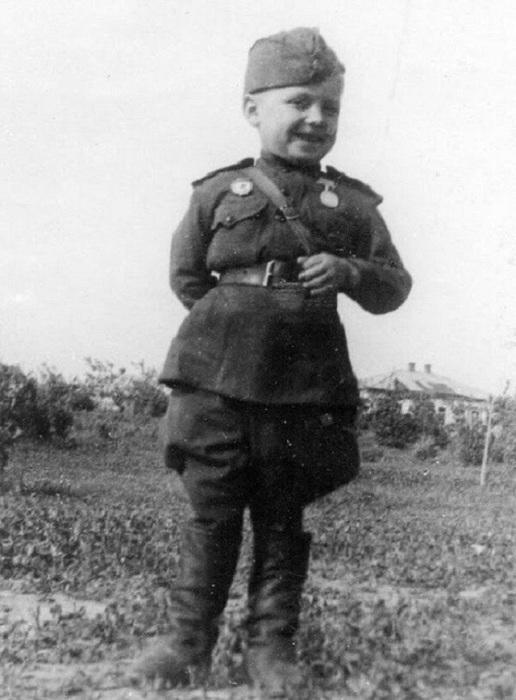 6-летний мальчик нарядился в форму солдата.