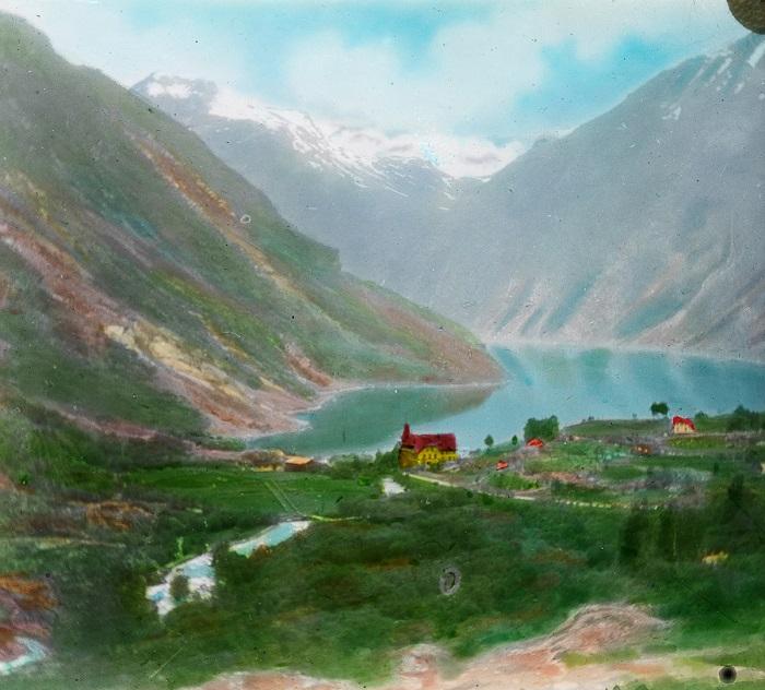 Посёлок, в котором расположен Музей фьордов, рассказывающий о природе и истории этого региона Норвегии.