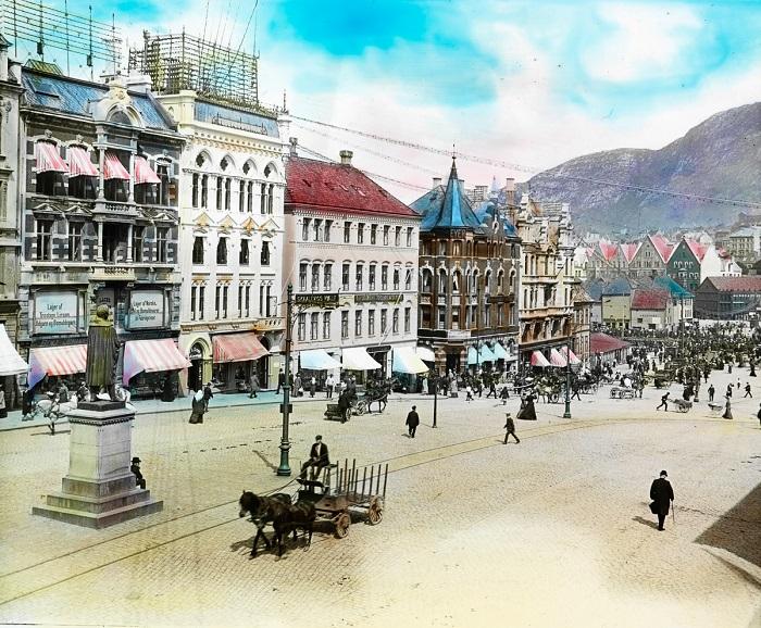 Улочки имеют наклонный вид, поскольку город стоит на холмах.
