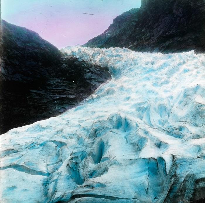Подобно горному потоку, ледник спускается в одноименное озеро.