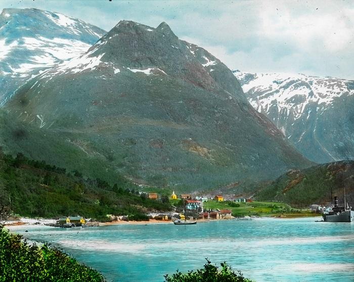 Небольшой норвежский городок, окруженный цепью гор с одной стороны, и холодными озерами с другой.