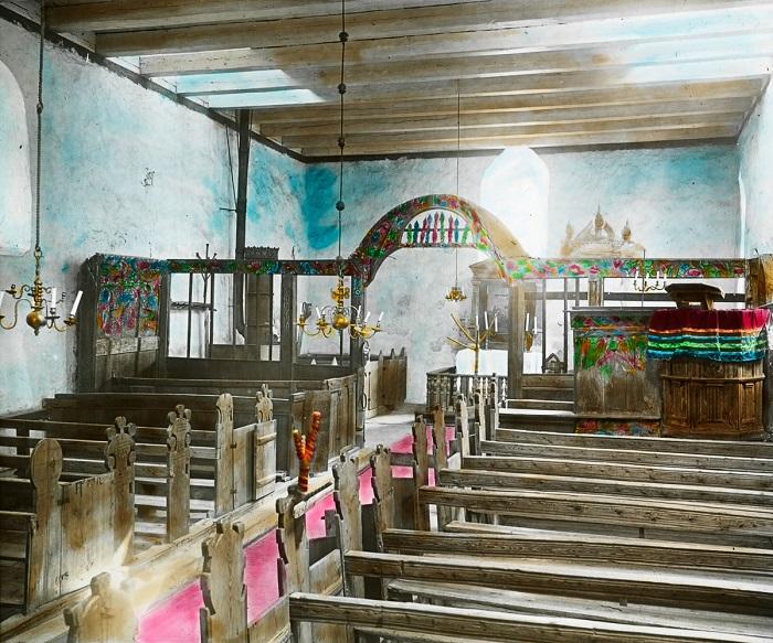 Скромный интерьер горной церквушки.