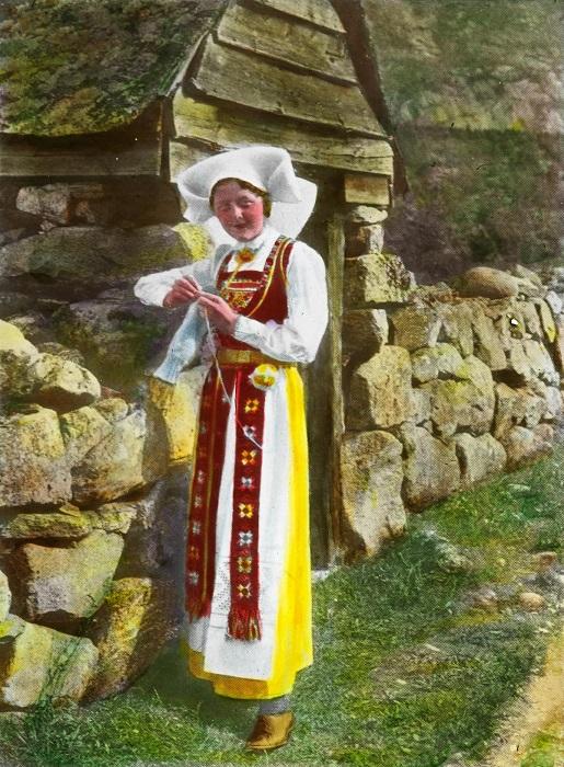 Хардангер – старинный вид крестьянского рукоделия, в котором счетная вышивка сочетается с искусным ткачеством и кружевоплетением.