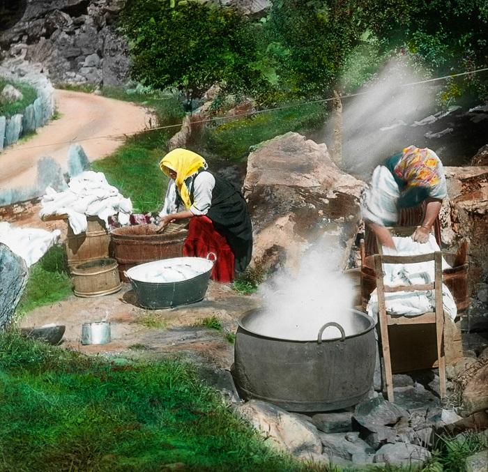 Специально построенные очаги возле ручья облегчали женскую работу.