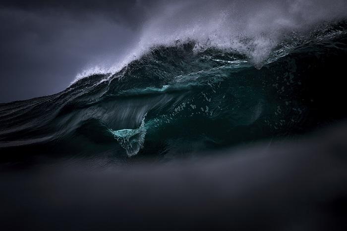 Пасмурный день превращает бирюзовые волны в нечто великолепное, что не подвластно разуму человека.