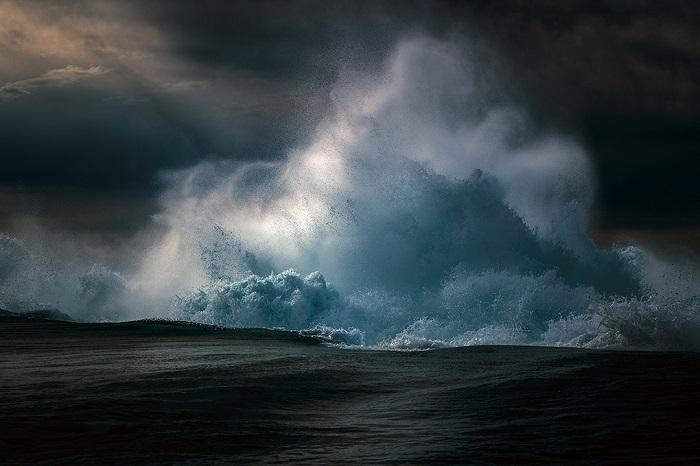 Белоснежные пенистые волны катятся к австралийскому берегу.