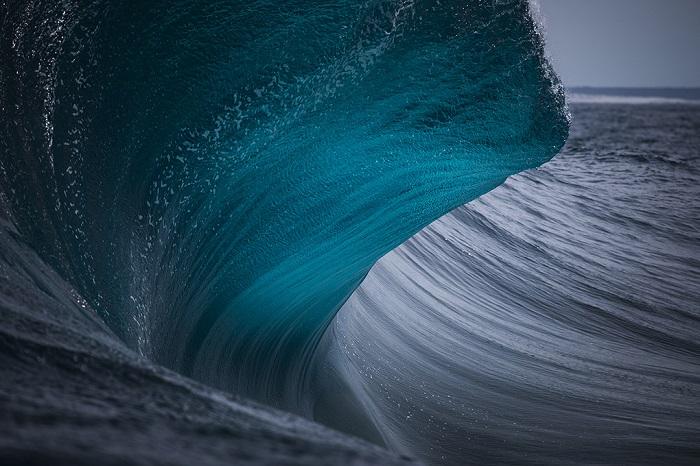 Сплошным потоком тысячи маленьких пузырьков пробираются на поверхность сквозь волны океана.