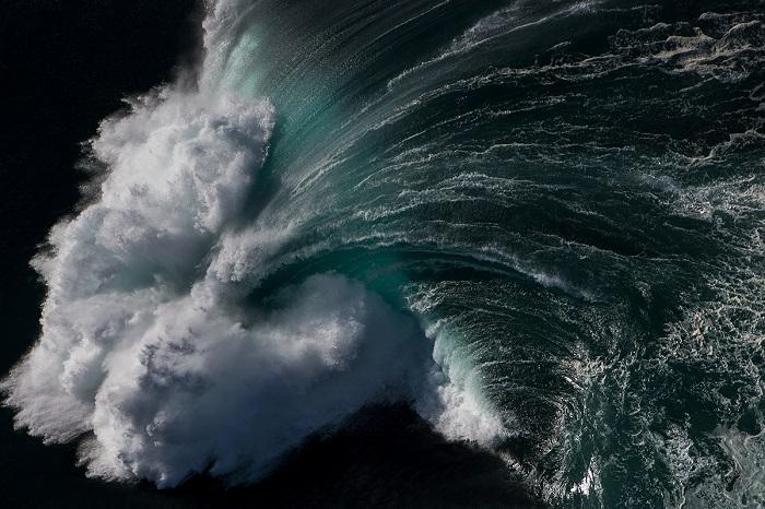 Потоки воды стремятся вырваться на свободу и заполонить все вокруг.