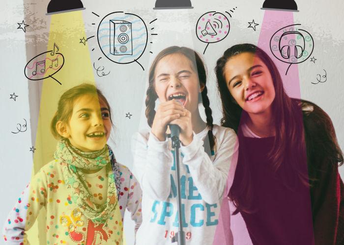 Певица с прекрасным голосом, которую поддерживают сестры (Синдром Дауна).