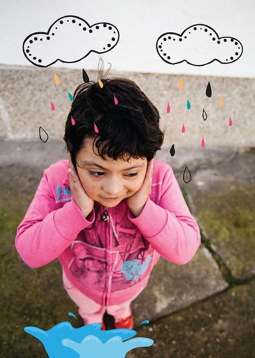 Любит дождь и яркие зонтики, любимое занятие – прыжки в лужах (Синдром Дауна).