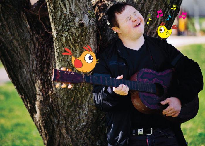 Известный музыкант, виртуозно владеющий гитарой и аккордеоном (Синдром Дауна).