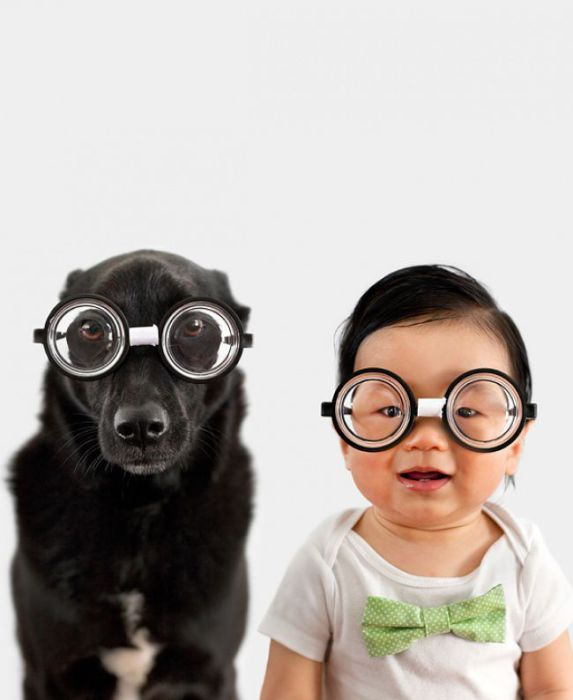 Круглые очки с толстыми линзами.