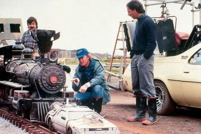 Фантастика режиссёра Роберта Земекиса, продюсеров Стивена Спилберга и Фрэнка Маршалла.