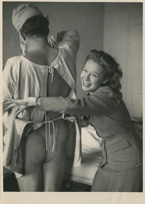 Снимок сделан в госпитале Лондона легендарным военным фотокорреспондентом Робертом Капой.
