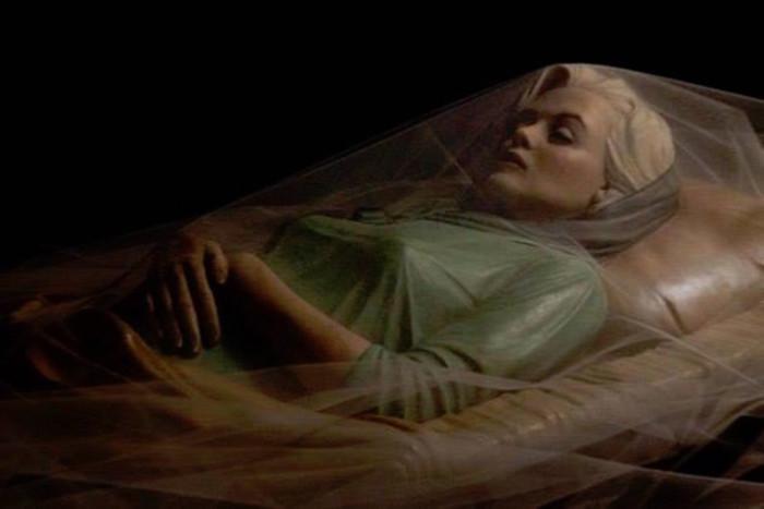 Тело певицы в открытом бронзовом гробу, который выложен изнутри атласом цвета шампанского.