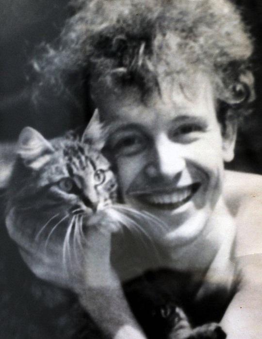 Молодой актер со своим котом.