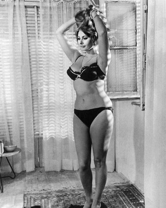 Итальянская актриса, которая предпочитает есть пасту и пить вино, чем носить одежду маленького размера.