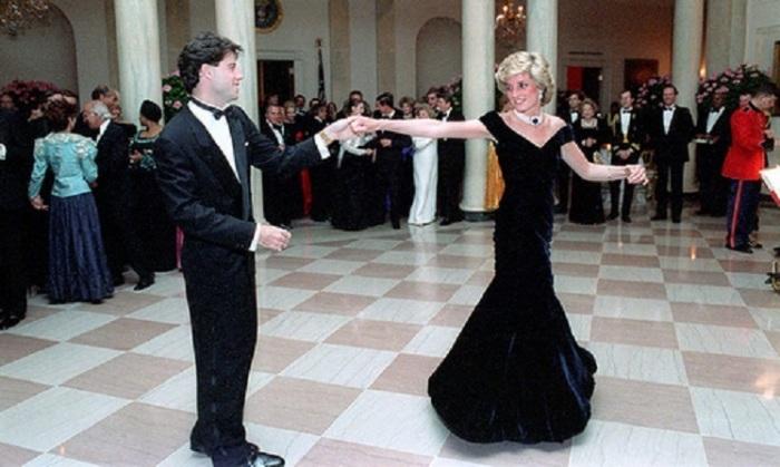 Танец принцессы с американским актером и танцором на торжественном приеме в Белом доме в ноябре 1985 года.