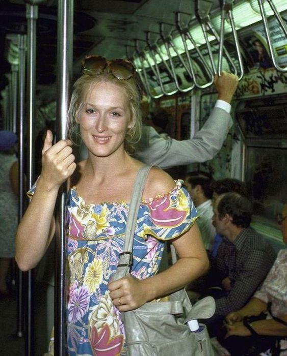 Снимок одной из величайших актрис современности в нью-йоркском метро, созданный фотографом Тэдом Тайем (Ted Thai) в 1981 году.