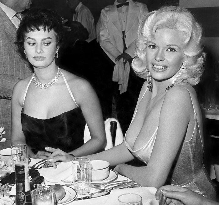 Две киноактирсы, встретившиеся за столиком на вечеринке, которая была организована студией «Paramount».