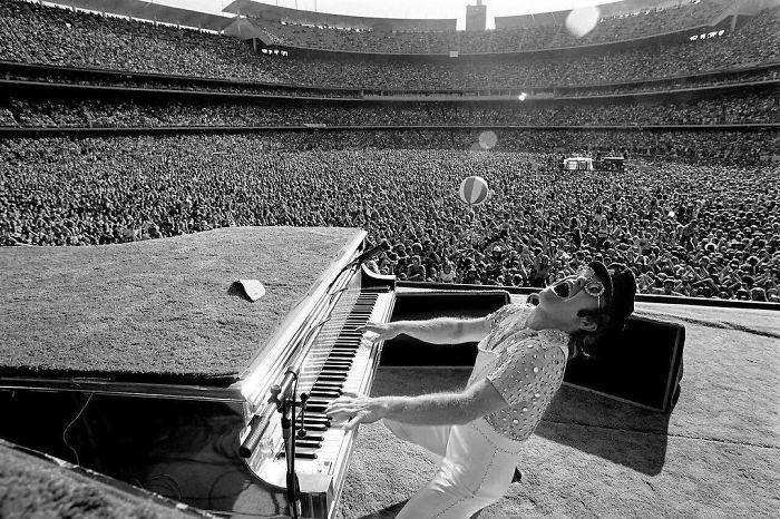 Британский певец во время своего выступления на стадионе «Dodger» в Лос-Анджелесе в 1975 году.